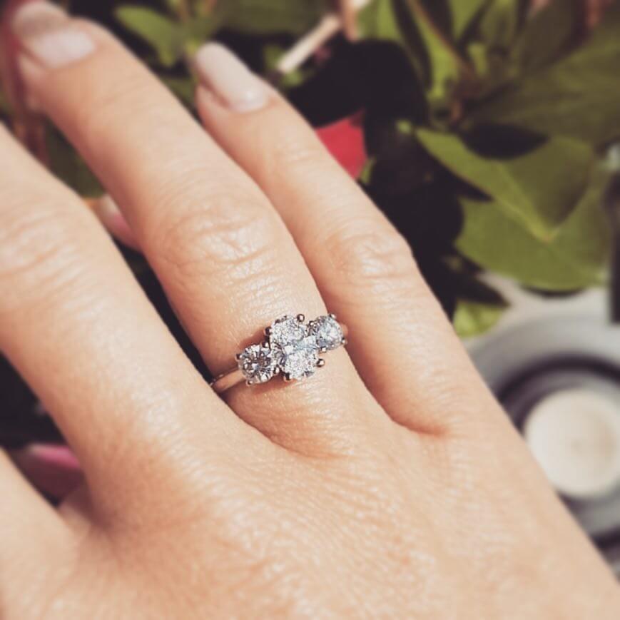 trestensring med oval diamant och briljanter